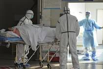 Zdravotníci s pacientem v Číně nakaženým koronavirem.