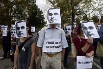 Protestní tichý pochod proti věznění ukrajinského režiséra Oleha Sencova a dalších politických vězňů v Rusku se konal 28. srpna 2018 před ruským velvyslanectvím v Praze. Účastníci drželi fotografie Sencova, který si v ruské věznici odpykává trest.