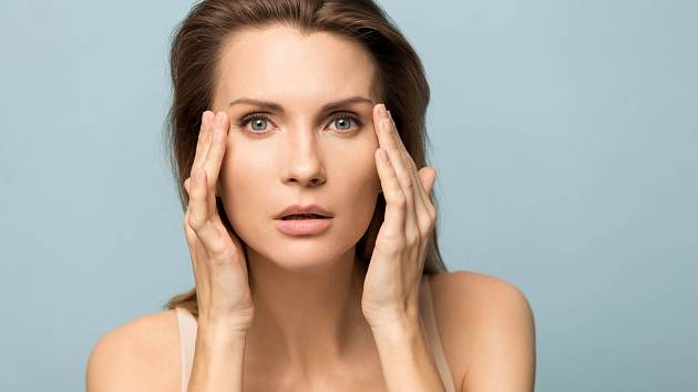 Existuje poměrně dost žen (i mužů), pro které trápení s akné neskončí ani po třicítce.