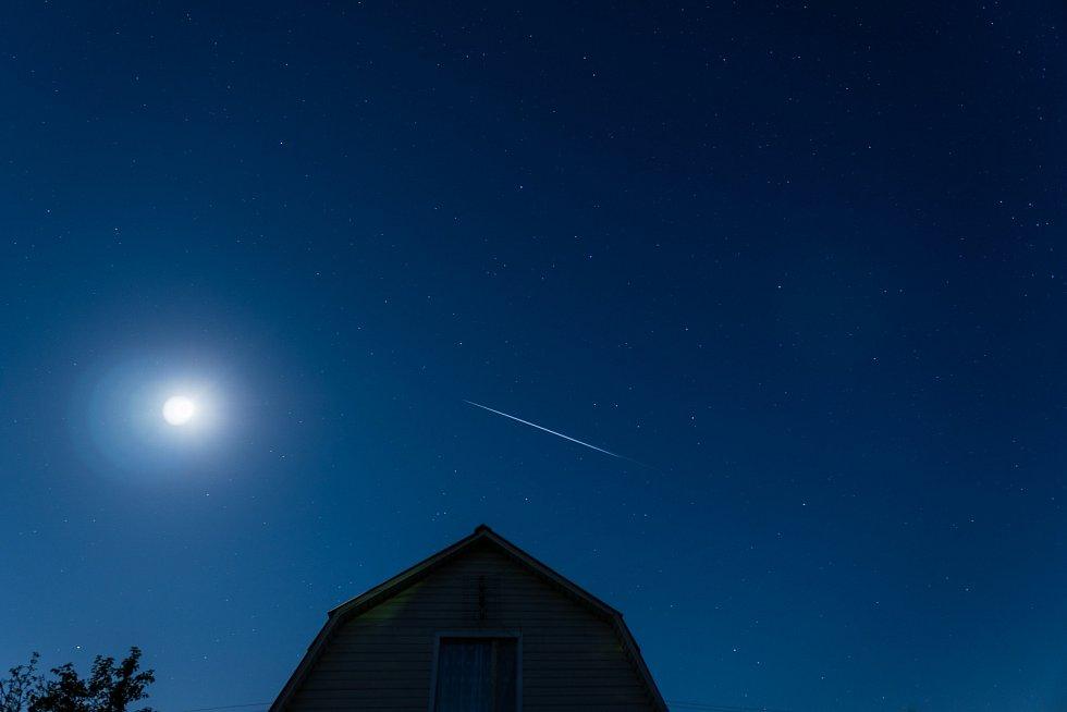 Satelity Starlink na noční obloze