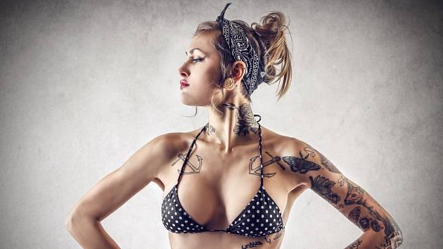 Tetování, tetovaná žena. Ilustrační foto.