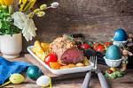 Jehněčí a kůzlečí maso by na velikonoční tabuli nemělo chybět, stejně tak jako nádivka, vajíčka a červené víno.