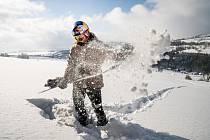 """Eva Samková využila restrikcí k zajímavé aktivitě. Vyrazila na zasněžené svahy jen v doprovodu fotografa. """"Byla to pohoda, vždy něco vymyslí,"""" řekla snowboarďačka, která je doma v Krkonoších, ale ráda trénuje a závodí na Dolní Moravě."""