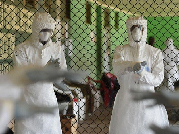 Zdravotní sestry z nemocnice na severu Sierry Leone vstoupily do časově neomezené stávky. Chtějí si tak vymoci příplatky za práci v rizikovém prostředí s pacienty nakaženými ebolou. Ilustrační foto.