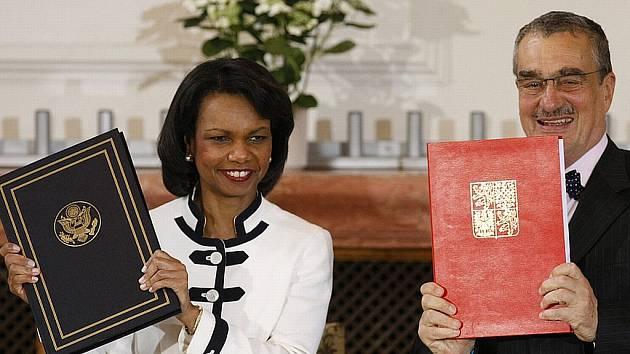 Podepsáno. Šéfové diplomacií USA a ČR Condoleezza Riceová a Karel Schwarzenberg uzavřeli smlouvu o radaru