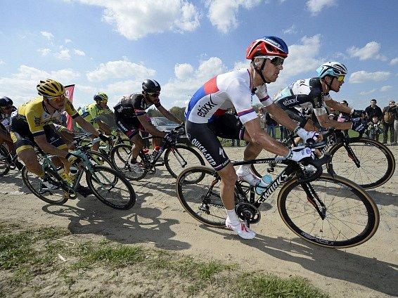 Zdeněk Štybar (s helmou v českých barvách) v popředí závodu Paříž-Roubaix