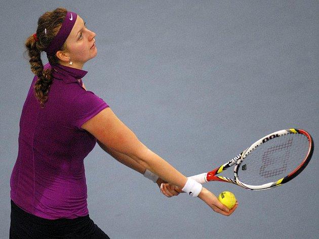 Petra Kvitová servíruje ve finále extraligy.