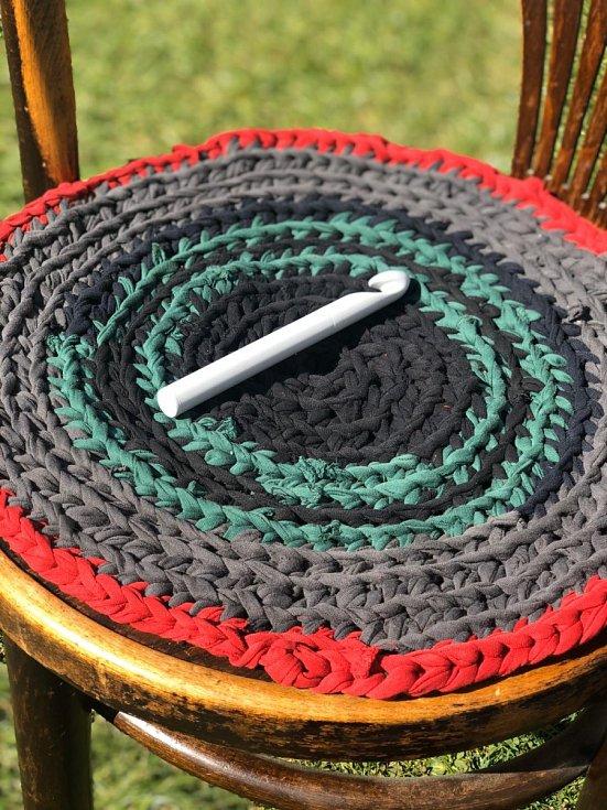 Ze starých triček můžete vyrobit i kobereček před vanu.