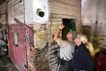 Hasiči v americkém státě Iowa zachránili z komína nahého muže, který v něm uvízl.