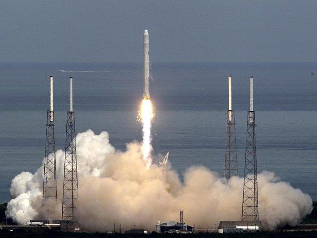 Zkušební start rakety Falcon 9 americké firmy Space Exploration Technologies (SpaceX) z Floridy se v pátek 4. června 2010 zdařil. Šlo o významný test pro vývoj soukromé dopravy do vesmíru, na kterou sází americký prezident Barack Obama.