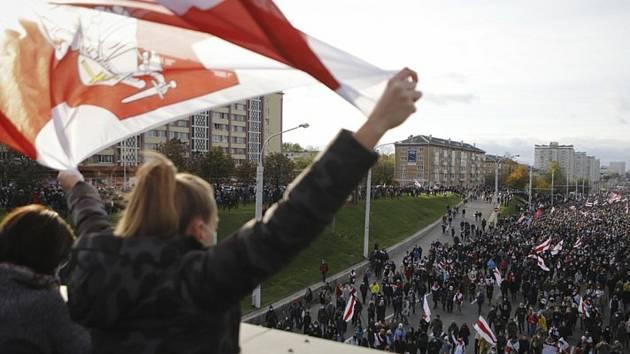Lidé v Bělorusku protestují proti výsledku prezidentských voleb (18. října 2020).