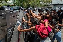Příbuzní obětí požáru na policejním komisařství ve venezuelském městě Valencia