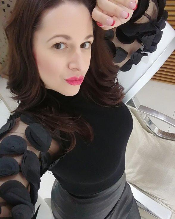 Vizážistka a specialistka na kosmetické poradenství Vladislava Krajníková loni otevřela v Teplicích své vlastní beauty spa PROFI VISAGE. Může se také pochlubit oceněním Moneta Živnostník roku 2020 Ústeckého kraje.