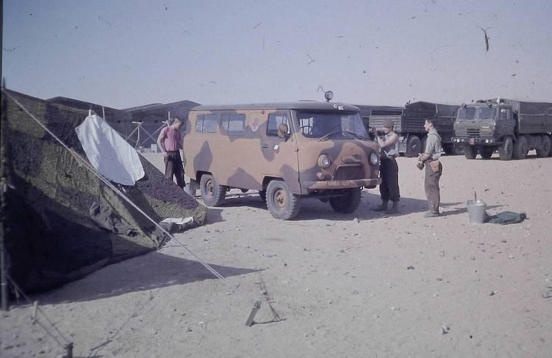 """Čechoslováci si museli svá vojenská vozidla v poušti vlastnoručně """"přemaskovat"""", středoevropská lesní kamufláž tady nefungovala"""