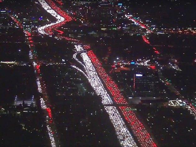 Los Angeles ochromila dopravní zácpa před Dnem díkůvzdání. Ta světla jsou popojíždějící auta...