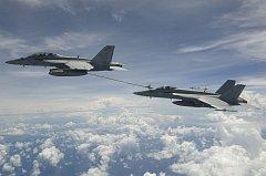 F/A-18E Super Hornet doplňuje za letu palivo z letounu F/A-18F Super Hornet.