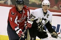 Dvě velké postavy NHL, Alexander Ovečkin z Washingtonu (vlevo) a Sidney Crosby z Pittsburghu stanuly proti sobě.