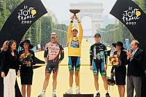 Tři nejlepší v letošním ročníku Tour de France. Alberto Contador s trofejí nad hlavou, druhý Cadel Evans (vlevo) a třetí Levi Leipheimer uspěli v závodě, který cyklistice hodně ublížil.