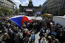 Václavské náměstí v Praze zaplnily 21. dubna po poledni desítky tisíc účastníků protivládní demonstrace. Akce je součástí kampaně odborů a iniciativ Stop vládě, jejímž cílem je demise vlády Petra Nečase.