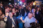 Příznivci protiimigrační strany Alternativa pro Německo se radují