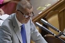 Andrej Babiš se dnes před poslanci distancoval od kritizovaného výroku o romském koncentračním táboře v Letech na Písecku a omluvil se.