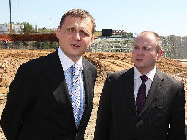 Výstavba velkého městského okruhu v Brně bude pokračovat. Novinářům to řekl ministr dopravy Bárta. Přes pozastavení mnoha důležitých silničních staveb se počítá také s výstavbou protihlukových stěn na dálnici D1 u Popůvek na Brněnsku.