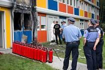 Oheň zachvátil dva obytné kontejnery ubytovny v severoberlínské čtvrti. Jejich obyvatelé se nadýchali kouře, v ohrožení života ale nejsou.