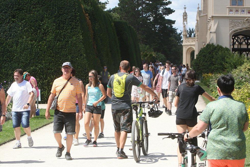 Zámek Lednice v létě roku 2020, kdy jeho prostranství plnily zástupy turistů.