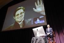 Edward Snowden ve videokonferenci s žurnalistou Ronem Suskindem.
