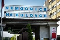 Vstupní brána do Nemocnice Na Bulovce v Praze.