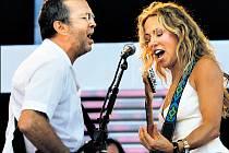 DUET. Sheryl Crow si příležitostně zahraje i s legendárním kytaristou Ericem Claptonem.