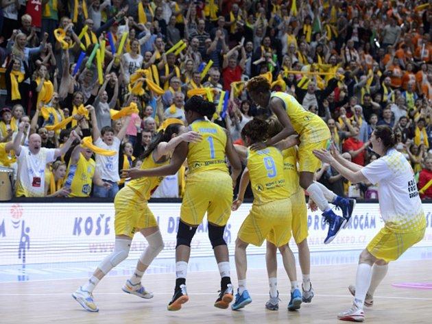 Basketbalistky USK se radují z triumfu.