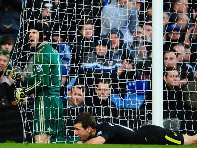 Brankář Chelsea Petr Čech (vlevo) proti Wiganu.