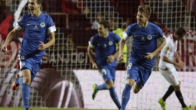 David Pavelka z Liberce (vlevo) se raduje z parádního gólu proti Seville.