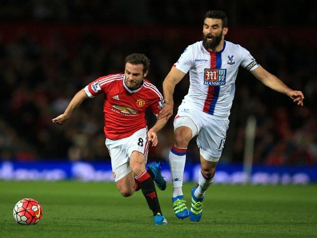 Juan Mata z Manchesteru United (vlevo) proti Crystal Palace.