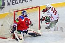 Janne Pesonen z Kazaně překonává gólmana Lva Jakuba Štěpánka.