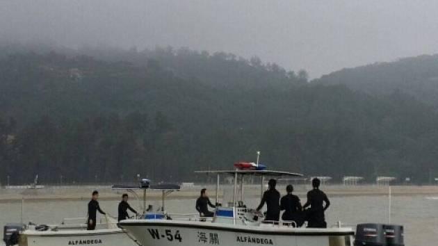 Záchranáři pátrají po pohřešovaných z potopené lodi u pobřeží Macaa.