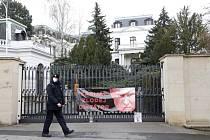 Policista prochází 16. dubna 2021 před ruskou ambasádou v Praze
