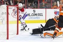 Tomáš Plekanec skóruje do sítě Philadelphia Flyers.