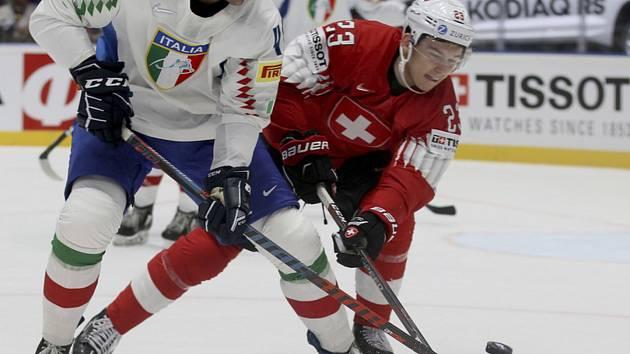 Mistrovství světa v hokeji na Slovensku, skupina B (Bratislava), Švýcarsko - Itálie. Vlevo hokejista Itálie Ivan Deluca, vpravo Philipp Kurashev ze Švýcarska.
