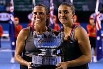 Italky Roberta Vinciová (vlevo) a Sara Erraniová s trofejí pro vítězky Australian Open.