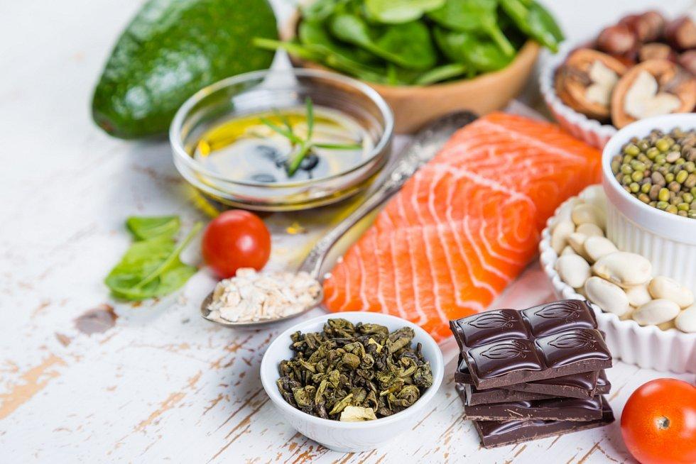 Při nízkocholesterolové dietě byste měli do stravy zařadit více rostlinných olejů (řepkový, olivový, lněný), ovoce, zeleninu, celozrnné výrobky, libové maso a ryby