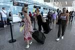 Turisté na letišti v Tunisku