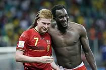Fotbalisté Belgie Kevin De Bruyne (vlevo) a Romelu Lukaku se radují z postupu do čtvrtfinále.
