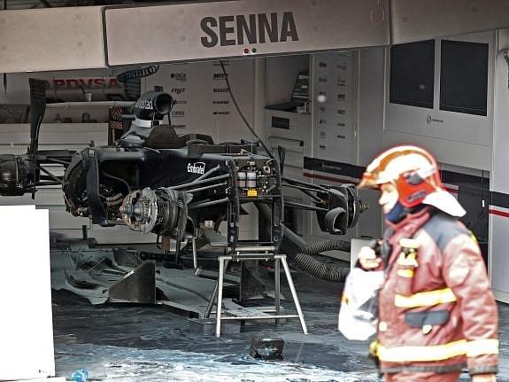 Takhle dopadla garáž Williamsu, v níž po závodě vypukl požár.