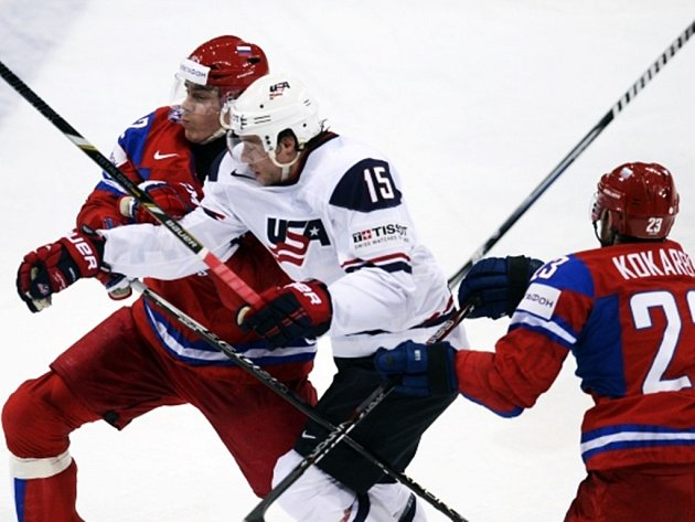 Američan Craig Smith, který ve čtvrtfinále zaznamenal pět asistencí, prochází ruskou obranou.