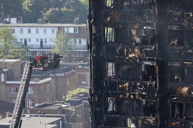 Hasiči bojují s požárem výškové budovy v Londýně.