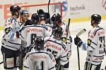 Hokejisté Vítkovic se radují z vítězství proti Spartě.
