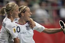 Anglické fotbalistky se radují z gólu v zápase proti Japonsku