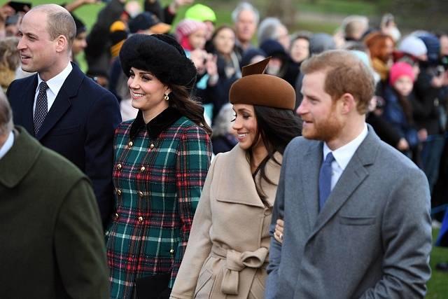 Harry a Meghan s ostatními členy královské rodiny o Vánocích navštívili kostel Marie Magdaleny